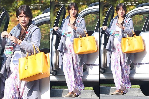 03/10/2013 - JLove Hewitt, l'air fatiguée a été aperçue sortant de sa voirture dans Los Angeles.