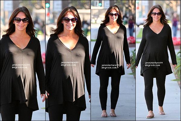 11/11/2013 - Après un mois sans nouvelles, JLove se montre souriante et habillée toute en noir dans Los  Angeles.