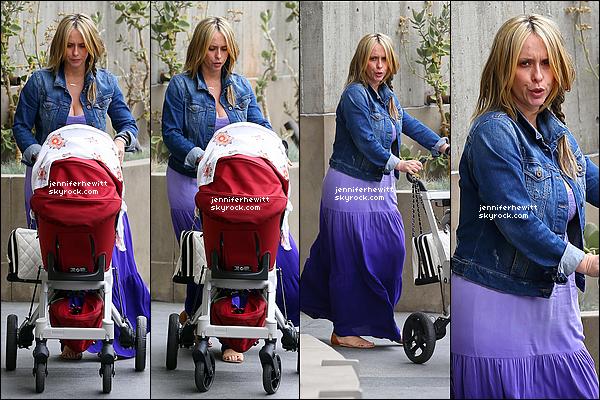 15/04/2014 - Notre belle maman Jenni Love Hallisay en sortie avec sa petite fille Autumn dans Beverly Hills.