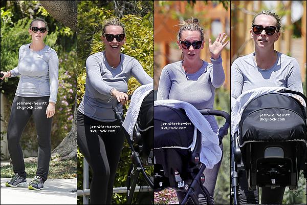 07/05/2014 - De retour au bercail, nous retrouvons notre actrice tout sourire en pleine promenade à Beverly Hills.