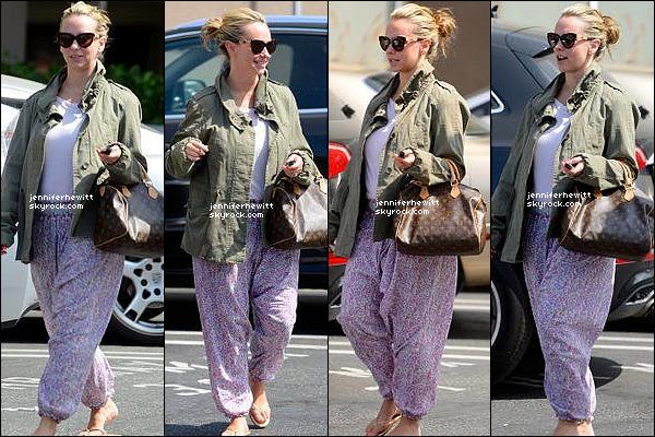 18/05/2014 - Jennifer Love Hallisay a été aperçue en balade shopping dans Los Angeles avec une amie.