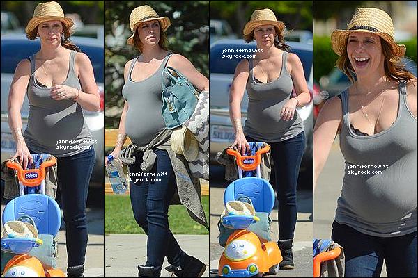13/03/2015 - La superbe famille Hallisay était de sortie dans Los Angeles avec notre JLove enceinte à nouveau.