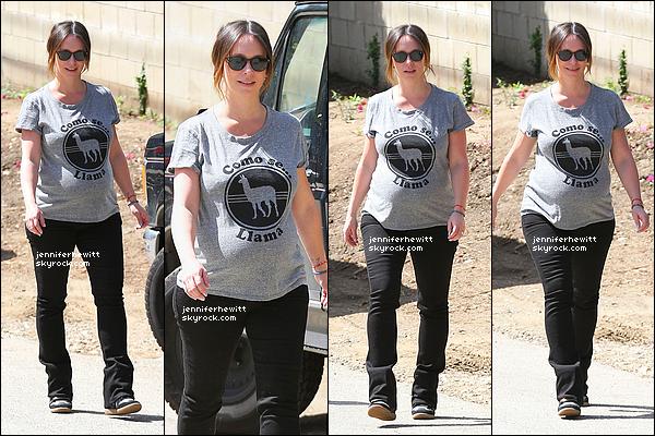 09/04/2015 - Notre superbe maman comblée et tout sourire a été aperçue en promenade dans Los Angeles.