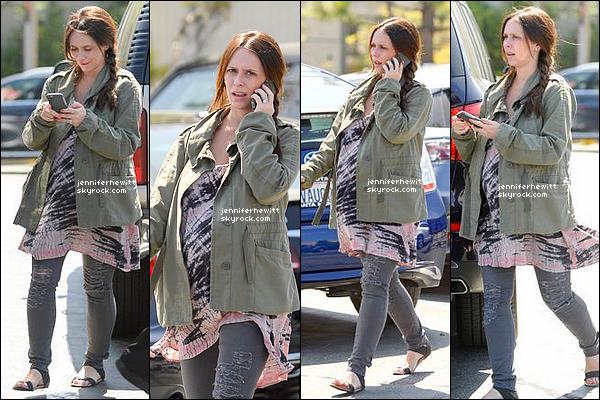 19/04/2015 - Jennifer Love Hewitt Hallisay, magnifique et naturelle a été vue faire quelques courses dans LA.