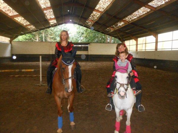 ma fille et mon fils au manege avec leur cheval