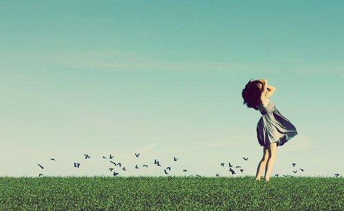 """Il y a des mots qu'on aurait pu dire, les gestes qu'on aurait pu faire, les probabilités qui auraient tout changer, on y pense puis on oublie, on efface cette idée de """" Peut-être """", il y avait des chances que ça change mais c'est du passé, on peut plus changer tout ça. Puis tous ces mots et ces gestes qui aurait pu changer, on y pense qu'après et ce n'est qu'après qu'on se rend compte..."""