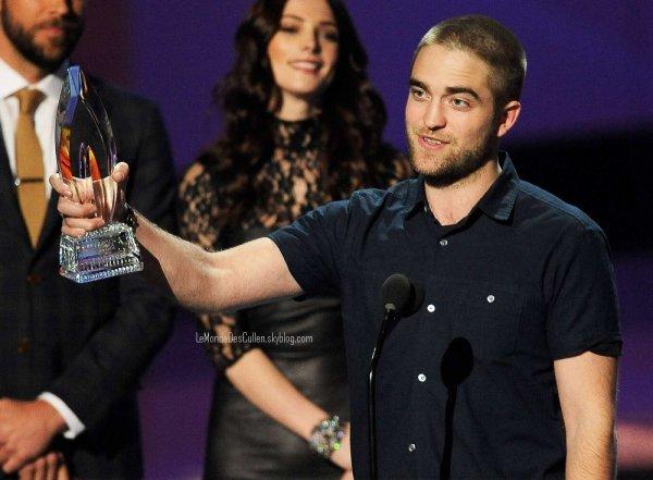 Le 15/01/2012: Et oui c'est le premier article de l'année ! :) Alors ce jeudi, à Los Angeles, à eu lieu les People's Choice Awards 2012 mais malheureusement B.Danw étant sorti trop tard n'a pas été nominé.. Mais tout de même Robert & Ashley étaient présents, Robert pour son film Water For Elephant où il a gagné le prix de film dramatique de l'année et Ashley qui le lui a remit ! :) Alors comment trouvez-vous la nouvelle coupe de notre Rob' ? & Leur tenue vous aimez ?