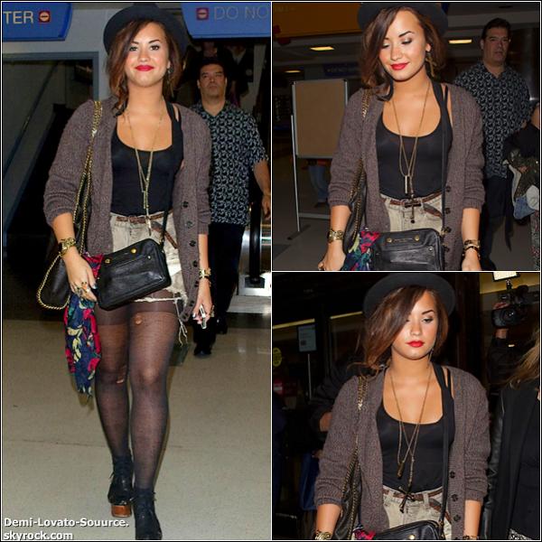21 Septembre -Demi a été vue quittant son hôtel de New-York. Gros coup de coeur pour sa tenue. BIG TOP.