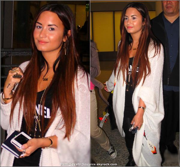 12 Octobre -  Demi, accopagnée de son beau-père a été vue arrivant à l'aéroport de Toronto (Canada).