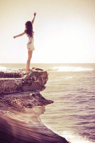 Il y a des chagrins d'amour que le temps n'efface pas et qui laisse aux sourires des cicatrices imparfaites ...