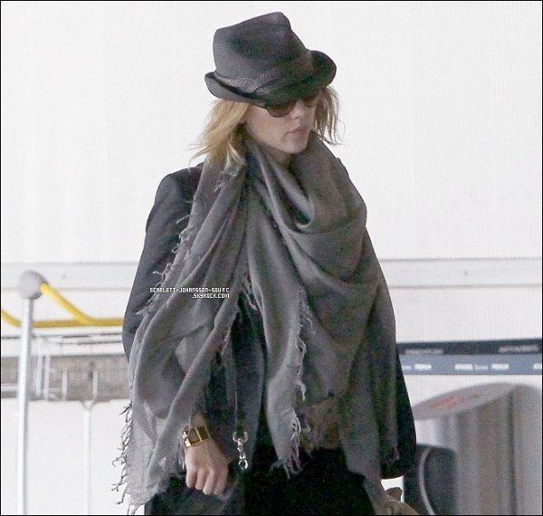 .14 septembre 2010....Scarlett Johansson aperçue ce mardi à l'aéroport de Roissy (Paris) Top ou Flop ?.