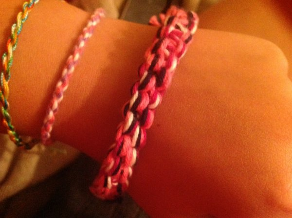 Des bracelets tortiiilllons tournicotiiiiiies tournicotooo