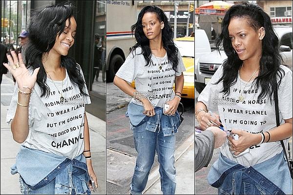 . 1 mai 2012 : Rihanna Fenty vu trois fois dans les rues de New-York , comment tu la trouve ?   Un nouveau record pour notre riri sont nouveau clip vient d'être nommée le clip le plus vue en 24 heures , Bravo . .