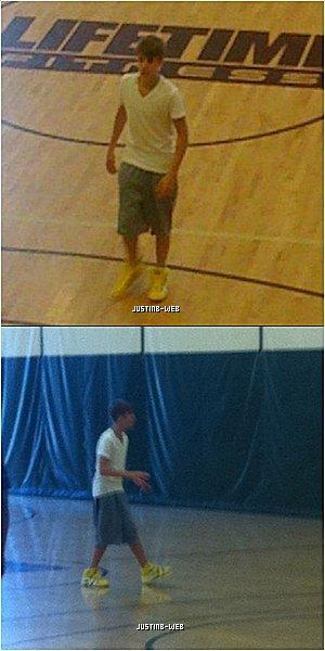 0  Candids : De retour à Atlanta, sa ville d'adoption, Justin en a profité pour se relaxer et prendre du bon temps Il a donc été vu jouant au basket dans un gymnase d'Atlanta, 0