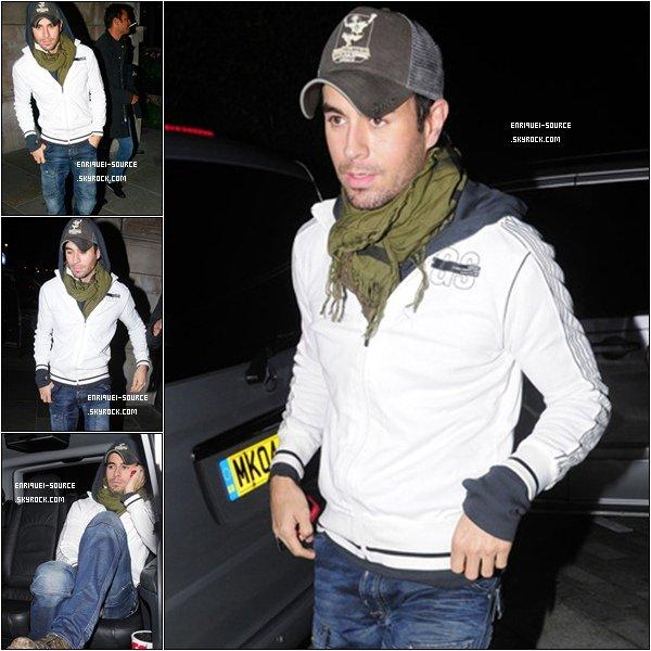 . 16/09/10 :  Enrique a été au restaurant Nobu à Londres ce 16 septembre. Il ne lache plus sa casquette !  8-p   .