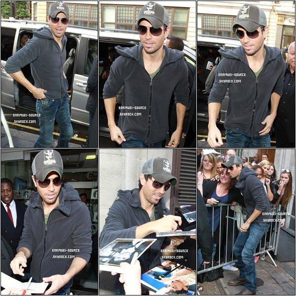 .   Puis, voici de belles photos d'Enrique arrivant dans les studios de la BBC toujours ce 15 septembre. Trop beau  $)   .