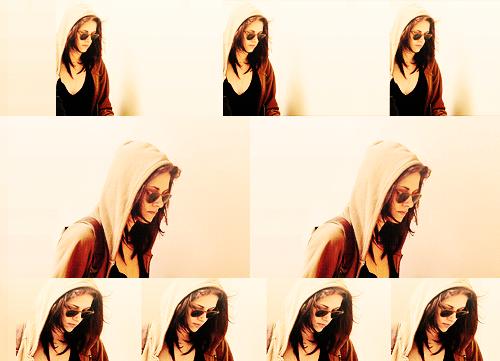 ♦  CANDIDS :  18 Février 2011 ~ Kristen était à l'aéroport LAX (los angeles). Comme le tournage à Baton Rouge s'est terminé, les acteurs ont droit à une petite pause avant de repartir pour Vancouver terminer le tournage de Breaking Dawn.