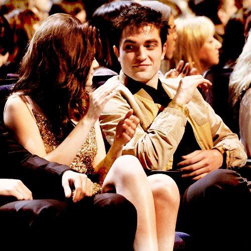 ♦  PUBLIC EVENT :  5 janvier 2011 ~ Kristen, Rob & Taylor étaient présent aux Pleople's Choice awards. Parmis les quatre récompenses, Kris a remporter celle de la meilleure actrice dans un film.
