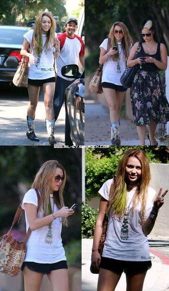 ________________________________________ Le 10 octobre, Miley  et l'une de ses amie était à Studio City.  ________________________________________