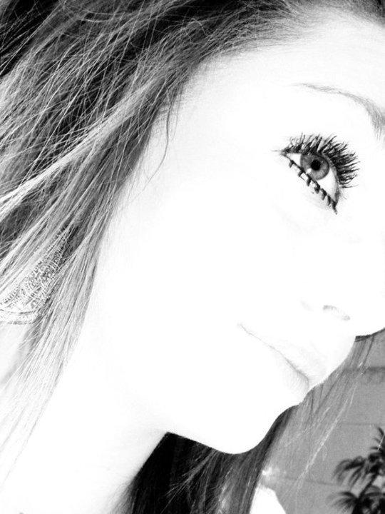 Sourire en αffirmαnt que tout vα bien, quαnd dαns l'fond tout ce qu'on voudrαis, c'est d'pleurer et dispαrrαitre α tout jαmαis .. ♥