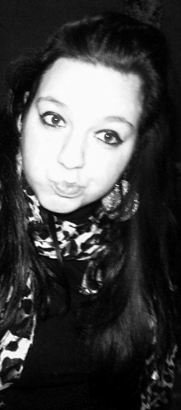 Un geste, un mot, un sourire, un regard et voilà mon visage qui se livre comme une fille de joie .Tourne, tourne dans ma tête, des rires et des voix, Tout ce que je veux vivre, je le veux avec toi car tous les mots que j'emprisonne ,mon c½ur les abandonnes sur la place publique . Mes cotes les plus secrets , mes passion , mes regrets ,s'envolent .. Tout, ce que l'on peut dire de moi ,saute aux yeux de ceux qui me voit. Comment cacher cette passion que j'ai pour toi ? ❤♫