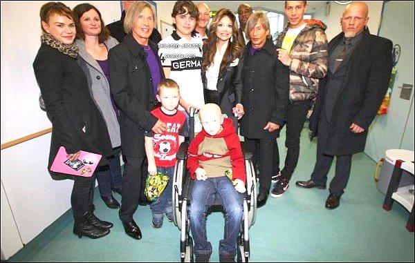 06.01.13- P&L rendent visitent à des enfants malades dans un Hôpital à Cologne.+Quelques nouvelles photos de miss Paris Jackson.