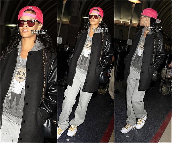 .05.11.2012 : Rihanna à été aperçue se rendant à l'aéroport de LAX direction New York.    .