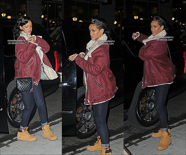 .08.11.2012 : Notre jolie Rihanna à été aperçue arrivant son hôtel à New York.   .