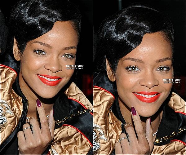 .09.11.2012 : La belle chanteuse Rihanna à été aperçue quittant sont hôtel à New York.   .