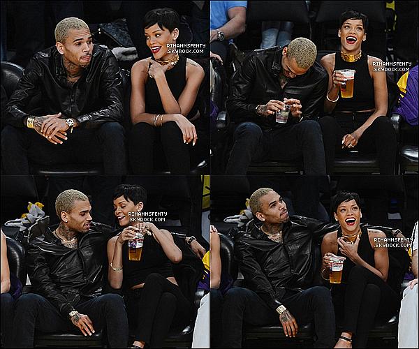 .25.12.2012 : Notre belle Rihanna et Chris Brown ont été aperçus  à un match de basket.   .