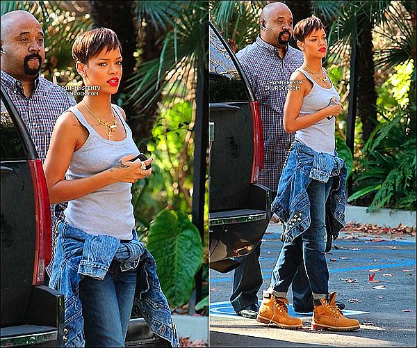 .28.01.2013 : Notre belle chanteuse Rihanna à été aperçue se promenant dans Los Angeles.   .