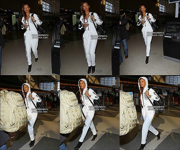.03.03.2013 : La magnifique Rihanna à été aperçue se rendant à l'aéroport de Los Angeles.   .