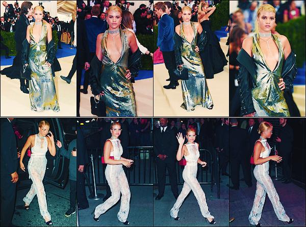 • 01 mai 2017 || Notre mannequin Sofia Richieété présente au Met Galace déroulantàNew-York. Plus tard dans la soirée, la belle à été vu dans un ensemble blanc arrivant à l'after de l'évènement.Un top à ses tenues. •