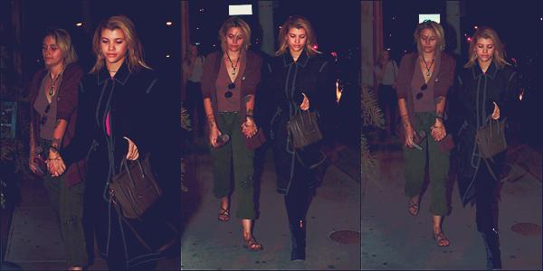 - 03/03/17 - C'est accompagnée cette fois-ci pas son meilleur ami que Sofia à était vu dans les rues de LA. Le même soir, notre Sofia était avec Paris Jackson arrivant dans West Hollywood. J'accorde un topà toutes ses tenues ! -