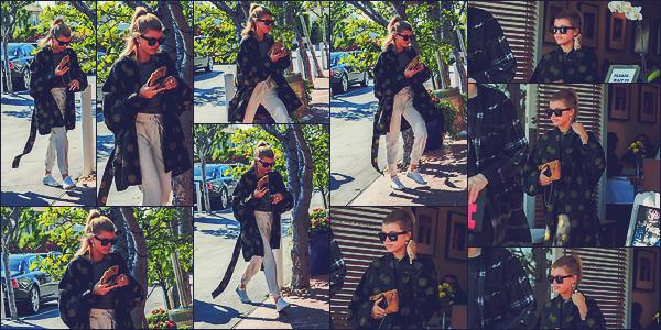 - 10/03/17 - C'est arrivant et sortant du Mauros Café Fred Segal que Sofia à étaitvu à West Hollywood à LA. C'est dans une tenue assez simple que la fille du chanteur Lionel à était vu sous le beau soleil californien. Un top à sa tenue. -