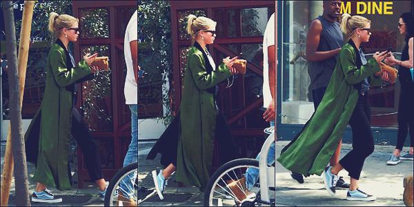 - 11/03/17 - Notre blonde, Sofia Richie à était aperçue faisant du shoppingdans les rues deWest Hollywood. C'est dans la même journée que notre jeune mannequin à était vu faisant de encore du shopping. J'accordeun mini top ! -