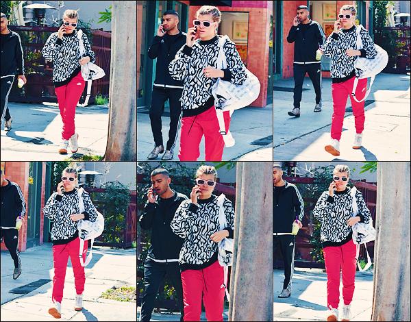 - 20/03/17 -C'est accompagnée d'un ami et téléphone en main que Sofia à était vu dans les rues deLA. Toujours accompagnée par un jogging que notre mannequin blonde ce promenais. J'accordeun mini top à sa tenue! -