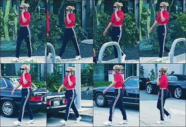 • 04avril 2017 || La fille de Lionel Richie à était aperçue ce promenant comme toujours dans les rues de LA.. Miss Richie était en jogging accompagnée d'un tee-shirt rouge assez large dans. J'accorde un petit top à sa tenue! •