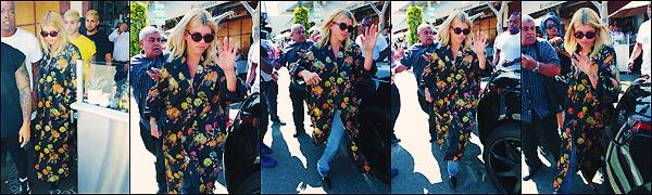 • 16 avril 2017    C'est quittant le restaurant « Il Pastio » que Sofia Richie a été aperçue à LA. Lunette de soleil sur le bout de son nez que la belle essaye de ce cacher. J'accorde un flop à sa tenue fleurie. •