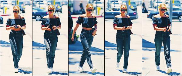 • 20 mai 2017 || La belle à été photographier dans les rues deWest HollywoodàLos Angeles. C'est dans une tenue sombre que la mannequin blonde à pointer le bout de son nez. Un top pour notre Sofia ! •
