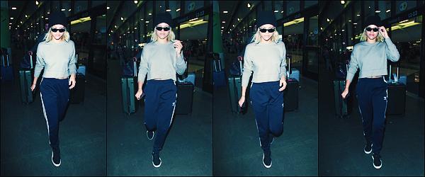 • 08 juin 2017 ||C'est arrivant souriante à l'aéroport que la mannequin à étéaperçueàLos Angeles. Accompagné par un bonnet et des lunette de soleilque la belle à été photographier à LAX. Un petit flop à notre Sofia ! •