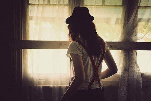 «Il faut vivre et se hâter d'oublier, il faut laisser la lumière estomper le contour des tombeaux.»