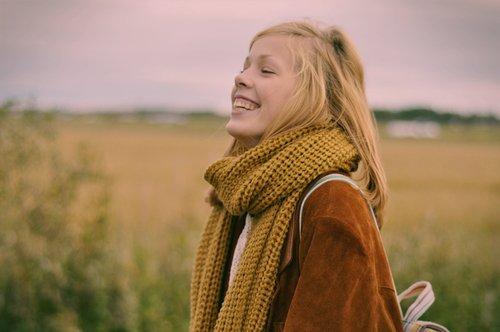 Un sourire ne coûte rien, mais il rapporte beaucoup ; il enrichit celui qui le reçoit sans appauvrir celui qui le donne