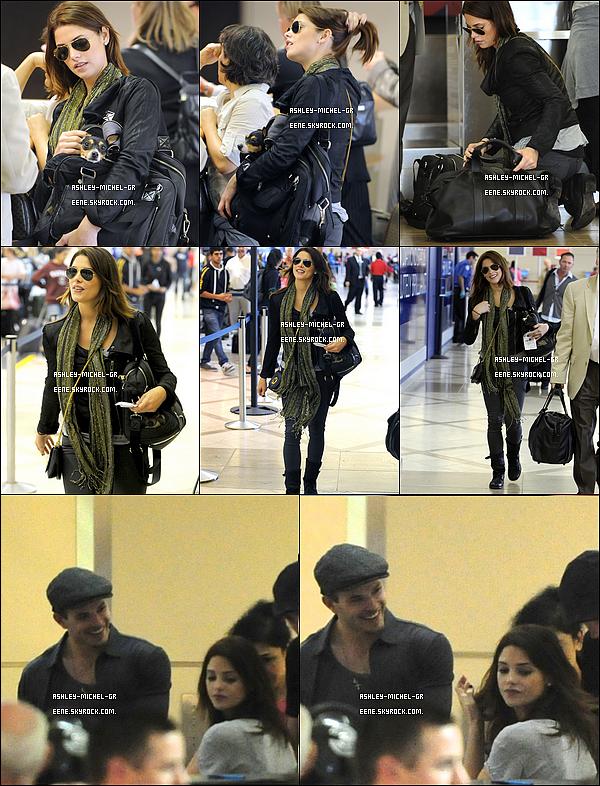 17 oct 2010 : Ashley Greene, sa chienne et son BFF étaient à l'aéroport de LAX,  en direction de la Louisiane. Comme vous pouvez le constater, le cast de Twilight, s'est envolés pour la Louisiane, pour tourner Twilight .