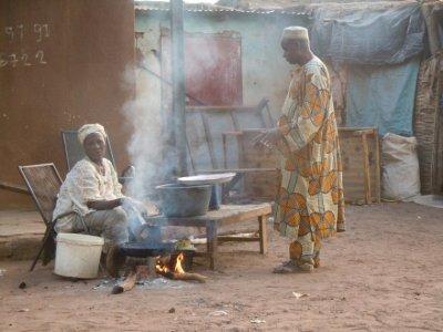 La tante Sogona Diallo en préparation de bégné