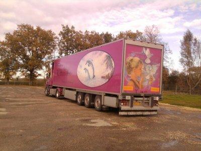 Kel ke camions de Mr Gémeaux des transports l'Huillier vraiment de tres beau ensemble,ptite dedicase a Florine la fille du boss