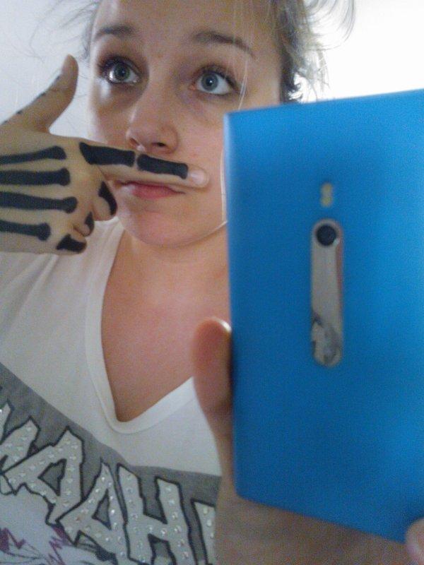 La moustache m'irai plutot bien.