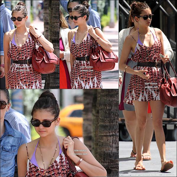 19/08/2012-  Nina, avec une clope à la main, se baladait dans les rues de Miami.