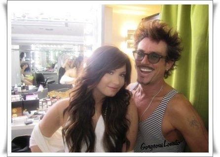 Une nouvelle photo dans les backstage du photoshoot pour le nouvel album de Demi .