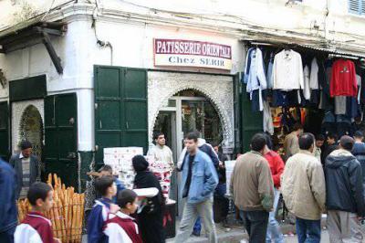 ALGER Casbah rue Arbadji, pâtisserie, cigarettes et baguette